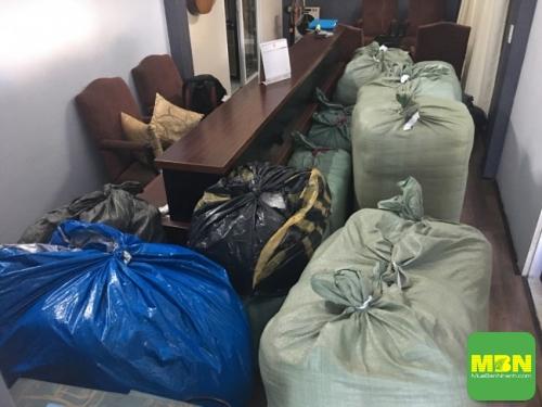 Chăn drap gối nệm trong công đoạn đóng gói chuẩn bị giao cho khách
